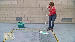 Beim wischen des fußbodens sollte man immer auf ausreichend luftzufuhr achten, denn bei durchzug trocknet der boden schneller. Womit Den Fussboden Wischen Ndr De Ratgeber Verbraucher