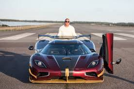 Lightweight glass system, power windows, adjustable pedals and steering column, one:1 stitching, adjustable light weight race seats, carbon ceramic so there you have it! Koenigsegg Agera Rs Vs Bugatti Chiron Battle Of Blazing Speed