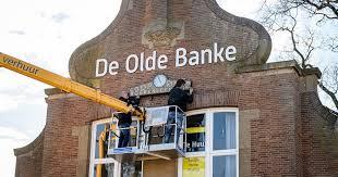 Originele klok prijkt weer op voormalige Boerenleenbank in Ruurlo    Berkelland   gelderlander.nl
