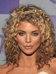 um ombre curly hairstyle for women
