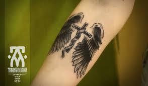 татуировка на предплечье у парня крест и крылья фото рисунки