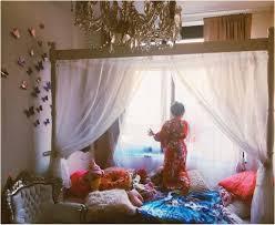 Bild Weißes Himmelbett Mit Vorhang Süßer Hund Für Schlafzimmermöbel