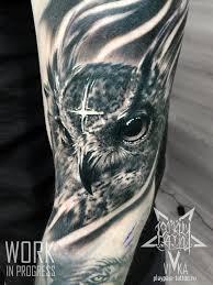 сова в черно сером реализме татуировка на плече сделать тату у