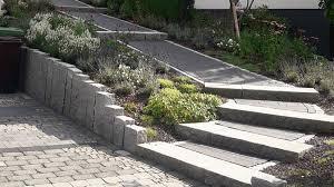 Der neue carport auf einem (erhöhten) betonfundament muss zuerst an den freistehenden seiten mit randsteinen eingefasst werden, damit das pflaster bei belastung an den rändern nicht wegsackt. Pflasterarbeiten Wipperfurth Galabau Causemann