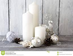 Decorare candele natale: candele bianche con e palle di natale