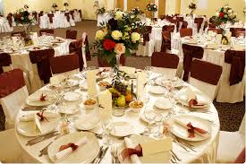round table with white tablecloth combine by rose bouquet in gl