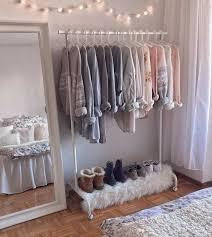 cómprate un carrito píntalo ponle una alfombra linda en la zona de los zapatos y decora alrededor con luces chulas