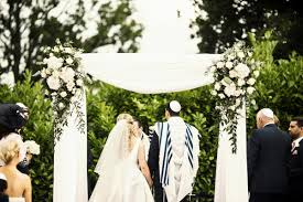 Victoria And Ben Celebrated A Jewish Wedding Ceremony Outside In