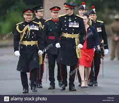 El Jefe del Estado Mayor General, General Mark Carleton-Smith (izquierda)  llega a inspeccionar cadetes en