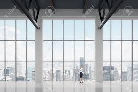 Geschäftsfrau Blick Durch Das Fenster Im Büro New York Hintergrund