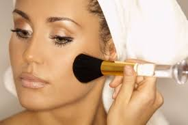 makeup tips highlights highlighter makes the features of your face appear more described you should use face powder and bronzer as they are the two main