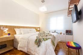 Entenda o método e aprenda a decorar o ambiente + decoração de quartos de criança: Quarto De Casal Com Cabeceira De Madeira E Janela Com Persiana Branca Motiro Arquitetos 224671 Viva Decora