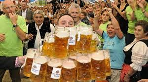 Nou record mondial la cărat halbe de bere, stabilit în Bavaria | Ziarul Românesc Germania