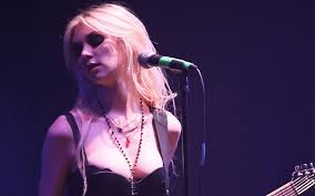 taylor momsen shows her pure as the