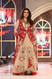 Erum Khan Dress Designer Film Star Resham Walked The Ramp For Designer Erum Khan
