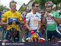 Dpa) - US il ciclista Lance Armstrong (L) della chat con i suoi compagni di  squadra inglese David Miller (C) e Laurent Jalabert davanti alla prima  tappa del Tour de France in