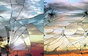 broken mirror reflection photography. intitulée « broken mirror », cette série représente les réflexions colorées des couchers de soleil sur miroirs brisés. le photographe obtient un rendu reflection photography l