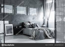 Dunkel Grau Schlafzimmer Mit Bildschirm Stockfoto Photographee