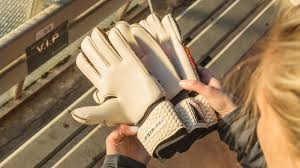 Guide How To Choose The Cut On Your Goalkeeper Gloves