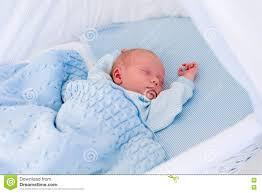 Neugeborenes Baby In Der Weißen Korbwiege Stockbild Bild Von