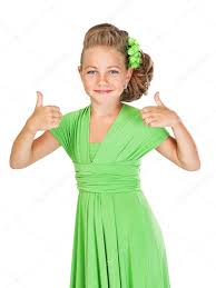 Malé Družičky S Nádhernými Vlasy V Zelených šatech Ukazuje Ges