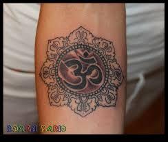 фото тату знак ом в авторском стиле от мастера рома бузовин