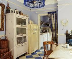 Küche Im Stilmix Mit Violetter Wand Und Blau Weißem Schachbrettmuster Auf  Boden
