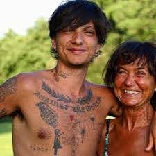Ultimo pubblica una foto insieme alla sua mamma e conquista i fan