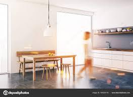 Frau Einem Weißen Esszimmer Und Küchenecke Mit Loft Fenster