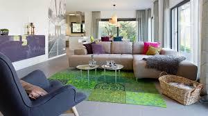 Wohnzimmer Helle Wände Bodentiefe Fenster Grüner Teppich Beige Couch