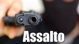Resultado de imagem para homem armado assalta