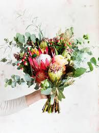 hand holding beautiful bouquet of flowers premium photo