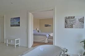 Bad En Suite Mit Schlafzimmer Im Landhausstil Inneneinrichtung