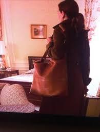 mona lisas lacheln mona lisa smile ginnifer goodwin and mona lisa what is this bag from mona lisa smile