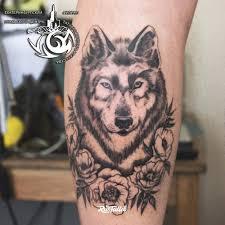 фото татуировки волк в пионах в стиле черно белые татуировки на