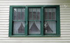Drei Grüne Fenster In Einem Alten Weißen Haus Lizenzfreie Fotos