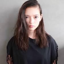 セミロングストレートは前髪なしで垢抜けさせるのがオシャ女子の鉄則