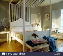 Gestreifte Baldachin Auf Einfache Weiße Schlafzimmereinrichtungen