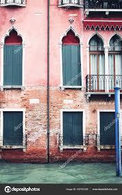 Schönes Altes Haus Mit Venezianischen Fenster Rote Fassade Und