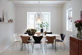Coin Repas Cuisine Grand Et Confortable D Inspiration Nordique Coin Repas Idee Cuisine Table En Bois Design Deco Luminaire Suspension