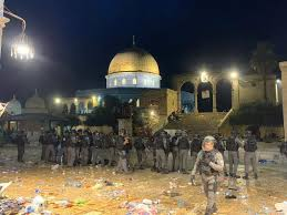 بالفيديو: ليلة حامية في المسجد الأقصى.. حجارة وانتفاضة