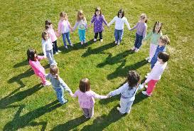 Si algo une nuestra infancia con la de nuestros hijos son los juegos tradicionales que han hecho que nos divirtamos tarde tras tarde. Juegos Tradicionales Para Ninos Y Ninas Mas Populares Y Divertidos