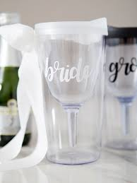 these diy bride and groom wine tumblers are the cutest