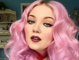 in case you haven t heard there s a makeup artist who has taken the internet world by a storm her name is doe deere who is also known as the queen of
