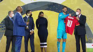 من هي السيدة التي اعتلت منصة تتويج دوري أبطال أفريقيا بجوار محمود الخطيب؟