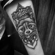 татуировка енота на предплечье девушки фото рисунки эскизы