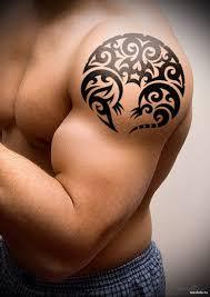 абстракция на накаченном теле мужская татуировка на плече