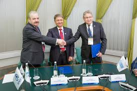 Газпром трансгаз Уфа УГНТУ и УГАТУ объединили усилия в деле  Дружественное рукопожатие сторон после подписания соглашения