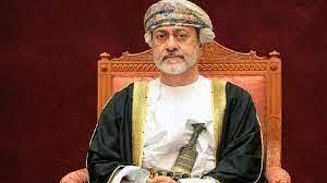 """محمد بن سلمان يستقبل سلطان عمان هيثم بن طارق في مطار خليج """"نيوم"""" ضمن مراسم  ضخمة"""