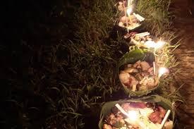 """ชาวหนองคาย สืบสานประเพณี """"บุญเดือนเก้า ข้าวประดับดิน"""" หนึ่งในประเพณีจากโบราณ  กระทำเพื่อการอุทิศบุญกุศลให้กับผู้ล่วงลับของลูกหลานชาวอีสาน"""